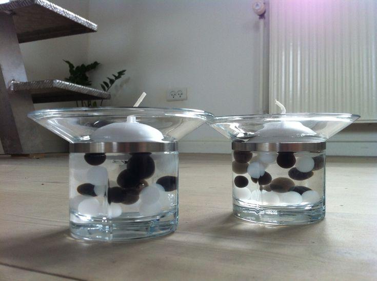 """Disse """"dekorationer"""" med vandperler er meget elsket her i hjemmet. De er meget enkle at lave. Der er brugt lige dele almindelige sorte og hvide vandperler, og så blandet klare vandperler i så det ligner at de sorte og hvide flyder i vandet."""