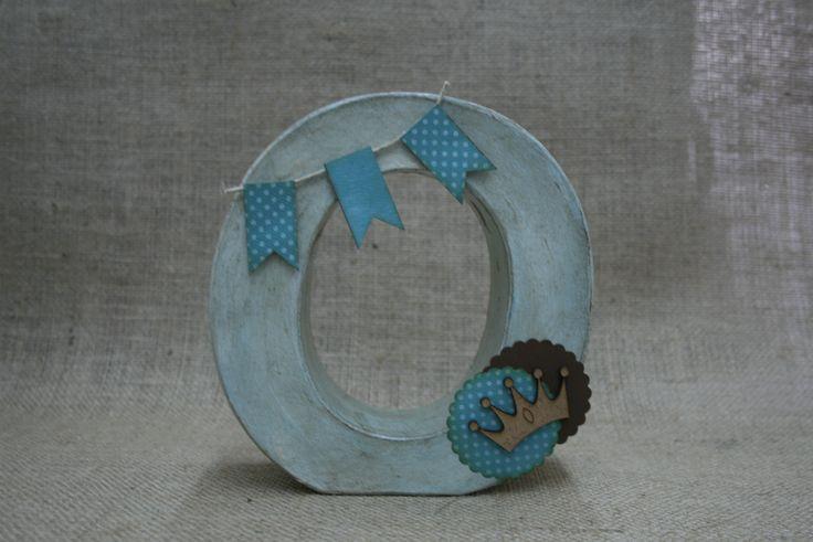Letra de efco pintada con azul cielo y envejecida con betun de judea, scrapeado con papel