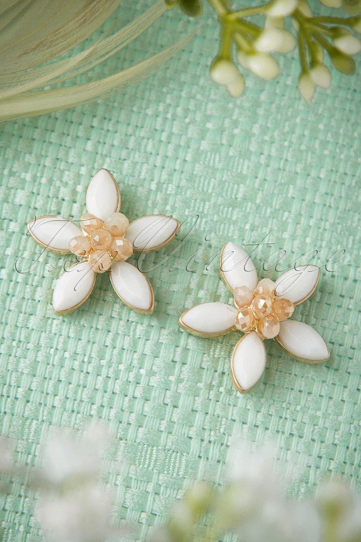 Deze 50s Shine Bright Like Daisies Earringsmaakt je zomerse look helemaal af!Zomerse jurkjes en bloemenprintjes... daar horen passende sieraden zoals deze prachtige oorbellen, gemaakt van goudkleurig metaal met bloemen, bezet met prachtige facet geslepen steentjes in wit en rosé. Met deze vintage stijl beauties ben jij helemaal klaar voor de zomer!
