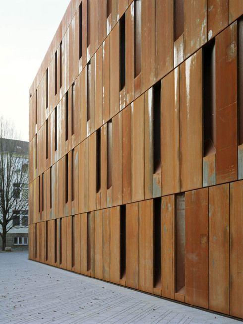 Cortenstahl - hinterlüftete Fassade: Die Öffnungsflügel liegen komplett verschattet in den Fassadenschlitzen - Haus der Essener Geschichte