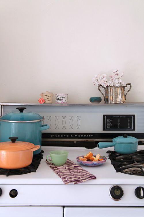 Bright Kitchens, Colors Combos, Kitchens Style, Dutch Ovens, Colors Le, Crucible, Retro Living, Retro Home Decor, Retro Kitchens