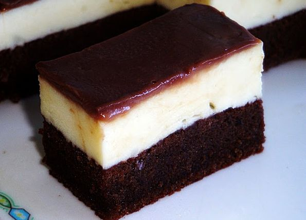 Υπέροχα ζουμερά παστάκια με σιροπιασμένο παντεσπάνι, κρέμα ζαχαροπλαστικής και γλάσο σοκολάτας. Μια συνταγή για ένα απλό, λαχταριστό γλύκισμα για όλες τις