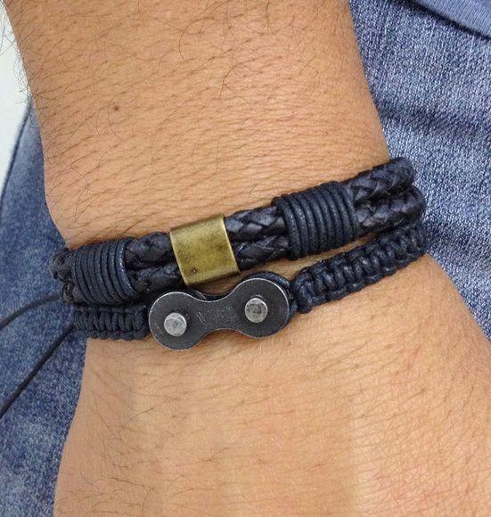 Kit de pulseiras masculinas, sendo:    - Pulseira shambala confeccionada em macramê com cordão encerado na cor preto contendo um elo de corrente (reciclado).   - 1 pulseira de couro trançado duplo, na cor preto com detalhes em cordão encerado preto e placa metálica ouro velho    > Pulseiras ajust...