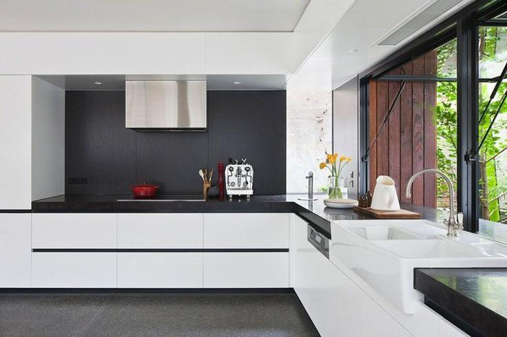 aménagement cuisine d'angle en blanc et noir de style minimaliste