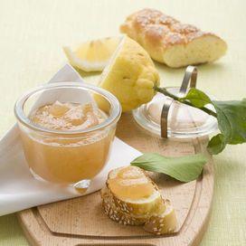 Una ricetta insolita, divertente e semplicissima. La marmellata di limoni è adatta per preparare una crostata o dei biscotti farciti. E