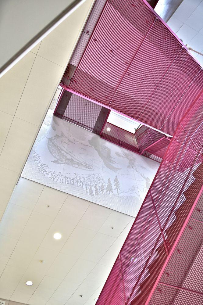 Woodify leverte kryssfinèr av hvitpigmentert bjerkefinér og hvitpigmenterte gran-spiler til Mesterfjellet skole i Larvik. I tilegg til brannkrav og kvalitet, var det også krav til utførelse av perforering som best beskrives gjennom å se vår prosjektvideo eller ved å se prosjektbildene i galleriet nedenfor, ev. last ned vårt Brannfokus hefte som har Mesterfjellet skole som tema (direkte lenke til Brannfokus PDF). Film og Foto: Anders Øvergaard