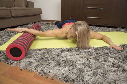 Rintalihaksen venytys päinmakuulla: Tämä liike parantaa ryhtiä. Kireät rintalihakset vetävät herkästi olkapäitä eteen ja heikentävät näin ryhtiä. Tämä liike pyrkii avaamaan rintakehää ja parantamaan ryhtiäsi. Voit asettaa kädet mille tahansa korokkeelle.