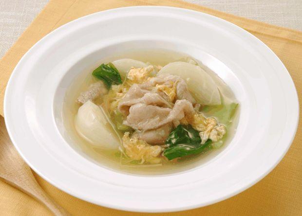 レシピ説明:やさしい味わいのかぶと豚肉に生姜を効かせて、「マギー 無添加コンソメ」で味付けした、体が温まるとろみスープです。チンゲン菜の緑色と卵の黄色が美味しさに華を添えます。