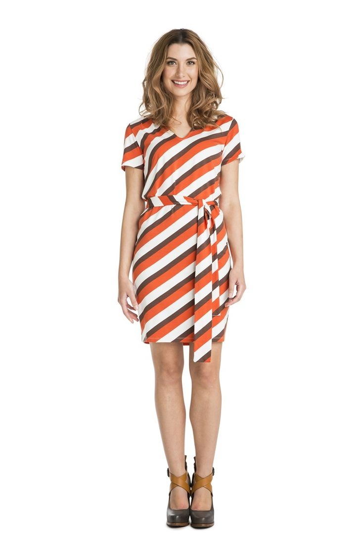 V-necked tunic/short dress with diagonal stripes. Short sleeves, and small pleats at the shoulder as a pretty detail. Generous fit at the top and fitted over the hips. Wear with or without the belt.
