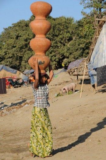 Des porteurs habiles comme des jongleurs déchargent les poteries venues par bateau ©Salaün Holidays