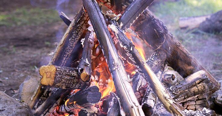 Como fazer uma fogueira. Um dos principais elementos de uma boa Festa Junina é a fogueira. Seja para assar batata doce e milho verde, para esquentar do frio invernal ou mesmo para que os mais corajosos pulem sobre ela buscando a realização dos seus desejos, uma boa festa que se preze tem a fogueira como elemento central. O costume de acender fogueiras veio da comemoração ...