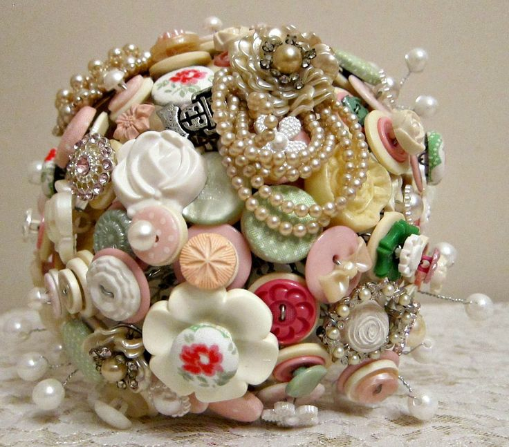 A beautiful bouquet made to fit an afternoon tea theme. This bouquet is filled with vintage pearl brooches, handmade Cath Kidston buttons and pearls.
