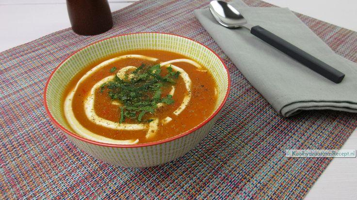 Rode paprikasoep van rode en gele paprika's. Samen met karwijzaad en crème fraîche levert dat een waanzinnig zijdezacht maar kruidig soepje op. Yum!
