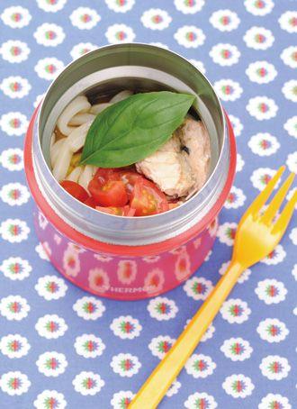 トマトとサバのサラダうどん   トマトと相性のいいサバとバジルを合わせた、冷たいうどんです。 バジルはちぎってしまうと変色するので、食べる直前にちぎって、よく混ぜて食べます。 (0.38Lサイズ使用) 材料(1人分)  冷凍うどん 1玉 めんつゆ(3倍濃縮) 大さじ1 オリーブ油 小さじ2 マヨネーズ 小さじ1~2(お好みで) ミニトマト(角切り) 4個分 サバの水煮(缶詰) 30g バジル 2~3枚  作り方  1 冷凍うどんを電子レンジで解凍し、冷水で冷やす。 2 スープジャーにめんつゆ・オリーブ油・マヨネーズを入れ、その上にうどんを入れる。 3 ミニトマトとサバの水煮、バジルをのせ、フタをする。 4 食べる直前にバジルを細かくちぎり、全体をよく混ぜて食べる。 ONE POINT ※バジルをちぎったら、一度フタをして容器を上下に振ると調味料が混ざって食べやすくなります。