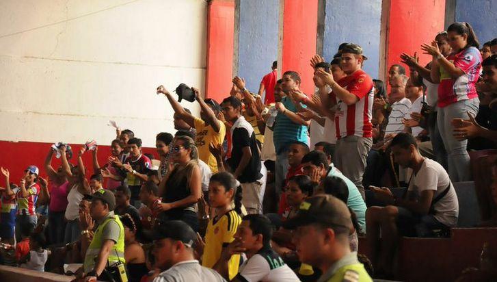 La hinchada en Santa Marta siempre presente. El #FútbolRevolucionado se siente en la Bahía más hermosa de América.