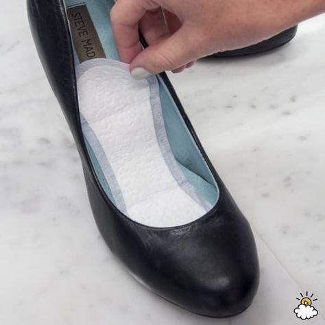 Ze legt maandverband in haar schoenen, dit lost een veelvoorkomend probleem op…
