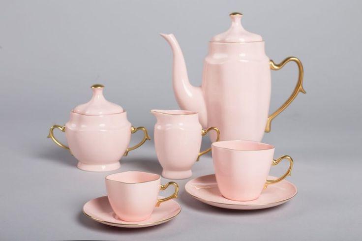 Serwis Anna Maria do herbaty składa się z 15 elementów: - dzbanek (1 szt.) - cukiernica (1 szt.) - mlecznik (1 szt.) - filiżanki do herbaty ze spodkiami ( 6 szt.) Każdy element wykonany jest ręcznie z różowej porcelany i każdy zdobiony ręcznie 24...