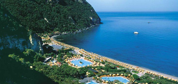 Affianco ai giardini poseidon nella bellissima baia di #citara a #ischia  si trova il bellissimo e familiare #hotelsemiramisischia