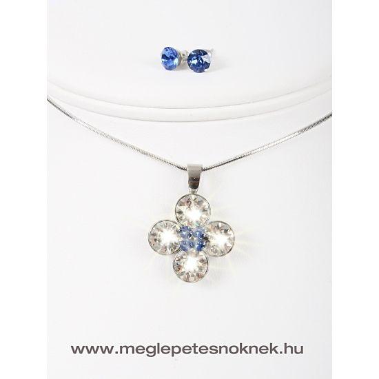 Gyönyörű, exkluzív Swarovski kristályos nyaklánc és fülbevaló szett.  A bedugós fülbevaló 1-1 db kb 7 mm átmérőjű kék kristályt tartalmaz.  A nyaklánc medálja 4 szirmú virágot formáz, a szirmok fehér kristályokból állnak, 4 db egyenként 9 mm átmérőjű kristályokból. A szirmok közepén 4 db 3 mm átmérőjű kék kristály található. A medál és a fülbevaló nemesacél foglalatban található.