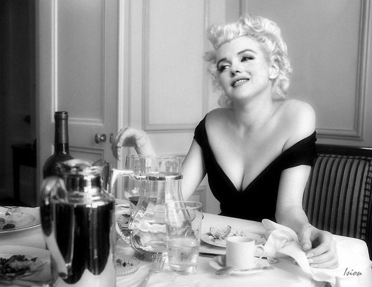 """Marilyn Monroe – """"Après Café"""" Cette Marilyn Monroe illustration d'imaginaire photographique par Ision, la représente dans sa chambre d'hôtel de Beverly Hills, juste après avoir terminé un dîner décontracté, dans cette belle vision fantastique de Ision. Remarque sur Marilyn Monroe Public Domain:. H. Greene Archives Milton, Inc. v Marilyn Monroe LLC, 692 F.3d 983, 1000 (. 9th Cir 2012) Parce que Monroe est mort domicilié à New York, la loi de New York..."""