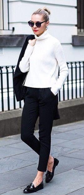Combinação fácil preto e branco - uma calça preta com o corte certo para o seu corpo e com material de qualidade é um investimento necessário.