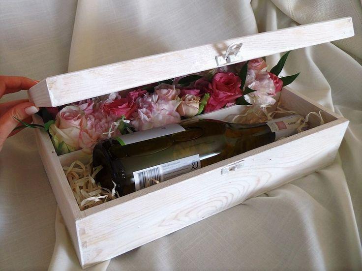 Butelka wina i kwiatowa aranżacja w drewnianym pudełku
