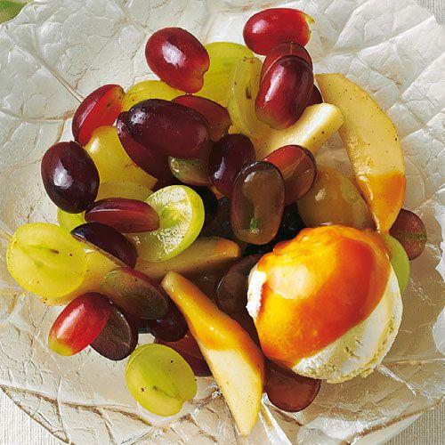 Birnen und Trauben mit Karamellsoße und Vanilleeis
