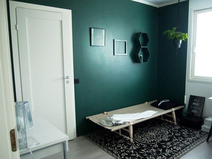 Valkoisen vuoren rinteillä -blogin Katja uudisti työhuoneen seinät, listat ja hyllyt smaragdinvihreällä Vuonolla