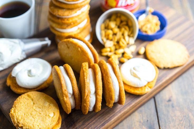 Хрустящие ореховые печенюшки с нежным кремом Осенью у меня просыпается особая страстьк печенью, потому что можно уже чай пить в больших количествах, но ещё не так холодно, когда требуешь от десерта чего-то более серьезного. И, как я всегда говорю, печеньем удобно угощать: завернули в бумагу, пакет, коробку, стакан и на те «Приятного чаепития, Иван Фёдорович,...