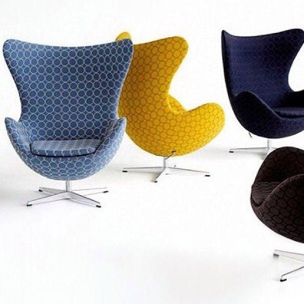 Кресло Egg Chair. В 1958г (еще раз прочтите дату и посмотрите на сегодняшнее число😉) дизайнер Арне Якобсен специально для отеля Royal Hotel изобрел это шедевральное кресло-яйцо, оно не вписывалось в интерьер прямых линий, но оно осталось и популярно до сих пор! Больше полувека прошло, а оно все смотрится так же креативно!✌👯#креслояйцо#дизайн#дизайнкресла#креатив#красота#оригинальность