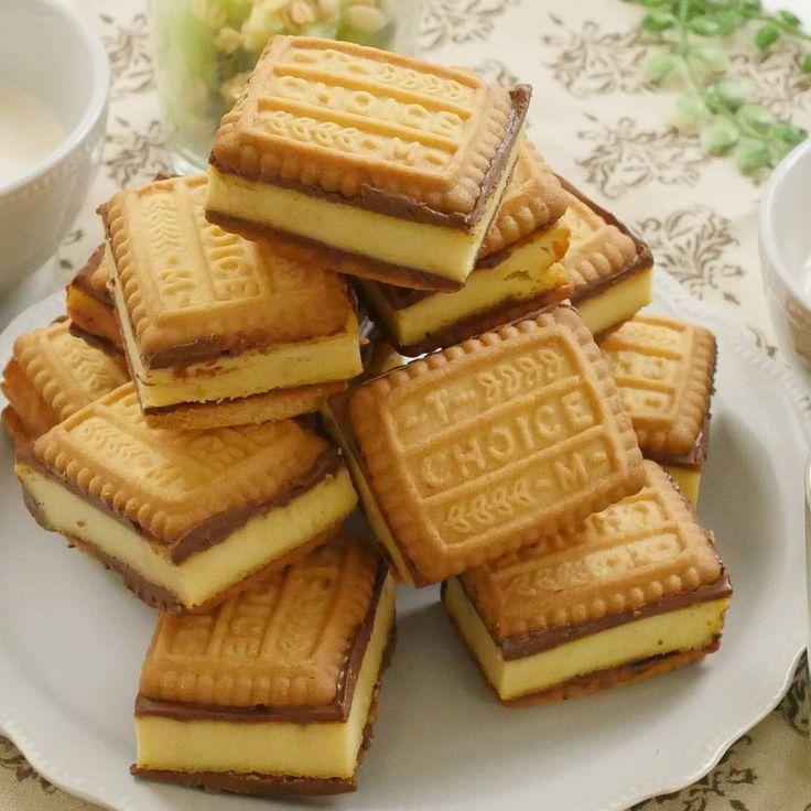 「塩キャラメルチーズケーキのクッキーサンド」のレシピを作り方を動画でご紹介します。ほろ苦い塩キャラメルチーズケーキを、チョコレートとクッキーでサンドしました。手を汚さず食べられて、プレゼントにもぴったりです♪カロリーなんか気にしない!