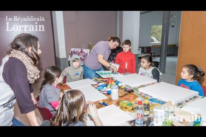 Les mamans sont à la manœuvre de cet atelier peinture créative. Photo RL