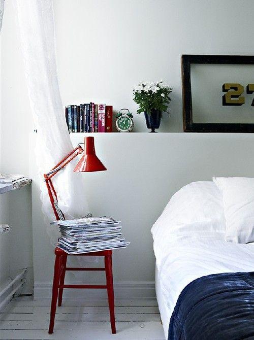 red - bedroom - magazines - rode lamp - slaapkamer - tijdschriften