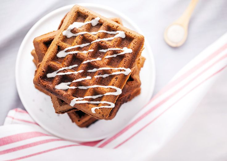 #Ernährung Gesunde Lebkuchenwaffeln -- yummy!! Gluten Free Gingerbread Waffles with Maple Cinnamon Drizzle // Vegan & Gluten Free // Natural Girl Modern World