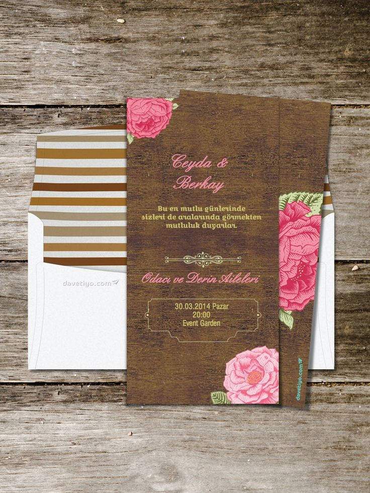 Koyu ahşap deseni üstüne yerleştirilmiş pembe çiçekleri ve minimal işlemeleriyle bu uzun formlu düğün davetiyesi, retro ve vintage tasarımlardan vazgeçmeyenler için çok ideal. Bu davetiyeyi seçerseniz, düğün mekanınızda kullanacağınız bir ahşap objeler veya masalarda kullanacağınız pembe çiçekler ile misafirlerinize hoş bir sürpriz yapabilirsiniz.