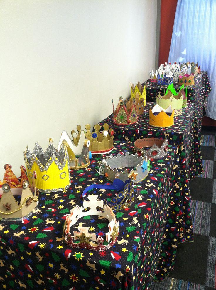 Coronas de Reyes realizadas en reciclaje estudiantes de quinto grado