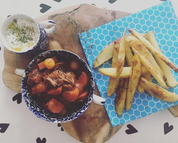 Kijk, het lekkerste frietje stoofvlees vind je natuurlijk bij Brasserie Appelmans in Antwerpen. Maar wil je dit tóch thuis maken is dit the easy way out. Makkelijk, smaakvol & het gasfornuis en de oven doen het werk voor je. Omdat het stoofvlees lang op moet is het ideaal voor een etentje voor v...