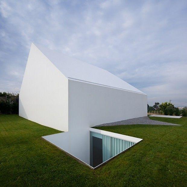 Maison blanche minimaliste au Portugal par Aires Mateus - Journal du Design