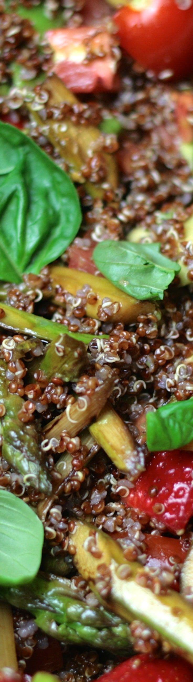 Roter Quinoa Salat - mit Spargel und Erdbeeren