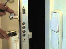 A su disposición las 24 horas del día. Apertura de puertas, cambio de cerraduras, reparación e instalación de persianas y automatismos. cerrajerospaiporta.com