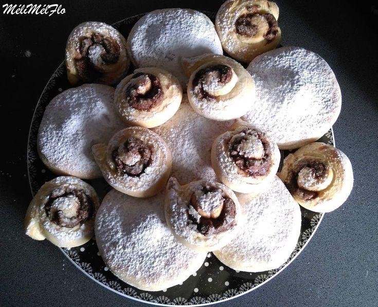 """Beignet au four nature et escargot praliné Je vous conseille de fourrer les beignets """"nature"""" car je trouve ça assez fadasse sinon.J'ai fait des escargots aussi avec de la pâte à tartiner mais vous pouvez aussi les faire avec 100 g de sucre +1 cuillère..."""