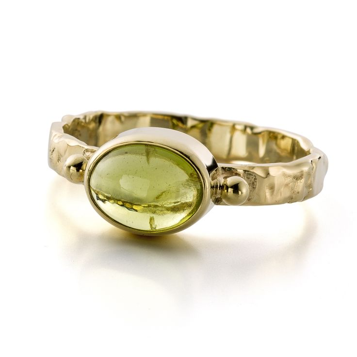 Gold ring with a peridot. www.hoogenboombogers.com