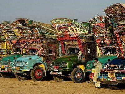 パキスタンのデコトラはエスニックな雰囲気でいっぱい