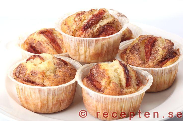 Äppelmuffins - Recept på äppelmuffins. Baka stora eller mindre muffins med äpple. Goda, mjuka och saftiga med kanel och socker.