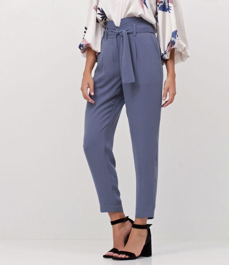 Calça feminina  Com amarração  Marca: Cortelle  Tecido: alfaiataria  Modelo veste tamanho: 38       Medidas da modelo:     Altura: 1.74  Busto: 84  Cintura: 62  Quadril: 89    Veja outras opções de    calças sociais femininas   .