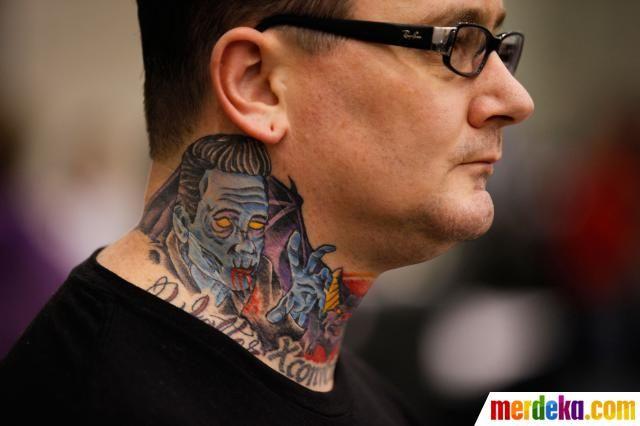 Pengunjung memamerkan tato lehernya di Festival Jalan Hampton Tattoo di Virginia.