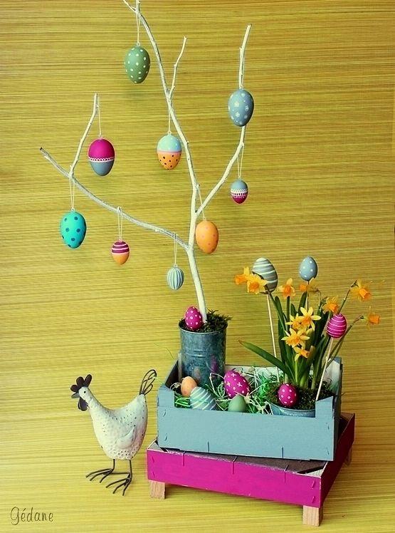 Pour creavea ce mois ci, je vous propose une petite déco de Pâques. On prend de l'avance, c'est pour vous donner envie, peut être, j'espère... Des oeufs à décorer ont été peints avec de la super peinture mat pébéo, elle est bien couvrante et très agréable...