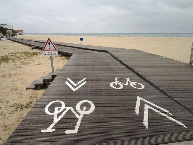 Piste cyclable du front de mer menant jusqu'à la jetée de Thiers à Arcachon.