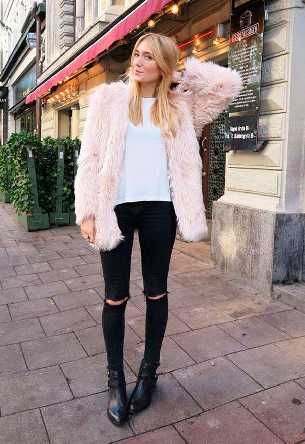 Street style look com fluffy coat maxi casaco rosinha, camiseta branca, calça jeans preta e bota baixa bico fino.