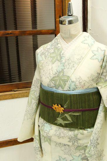 霞がかかったような絣模様ならではの風合いのある織りのタッチも味わい深く、重なりあう紅葉が浮かび上がる縮の夏着物です。 #kimono